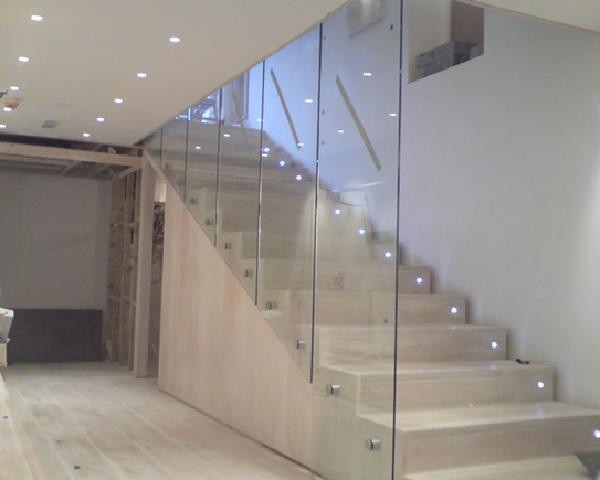 Mẫu vách ngăn bằng kính cường lực đẹp cho cầu thang nhà ở, căn hộ