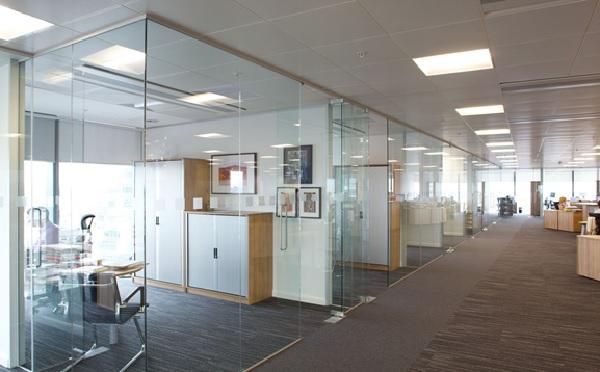 Không gian văn phòng sẽ trở nên rộng thoáng hơn với vách ngăn kính