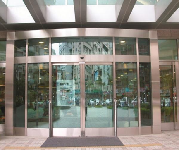 Kính cường lực kết hợp với khung nhôm (hoặc inox, sắt,...) tạo nên vách ngăn sang trọng, hiện đại cho các tòa nhà